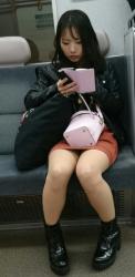 電車の中で座ってる女さんの太ももやパンツをスマホで隠し撮りしてるムッツリ野郎が多すぎる件!の画像