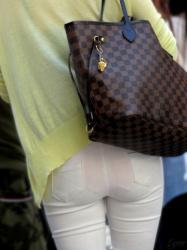 白パンツの中にピンクのパンツを履いてるから丸見えなお姉さんの透けパンチラ画像の画像