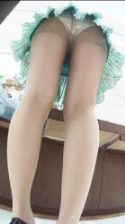 【前屈みパンチラ】ミニスカにパンスト履いたお姉さんがバックから責めて欲しそうな前屈みパンチラ晒してるの画像