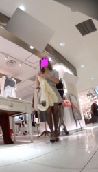 【逆さ撮り】お洒落なアパレルショップ店員さんはパンツもお洒落なのか逆さ撮りしたパンチラ画像の画像