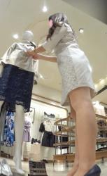 【逆さ撮り】ミニワンピで接客中のアパレル店員さんのスカートの中を撮影したらパンスト越しに見えるパンチラが卑猥だった(26枚)の画像