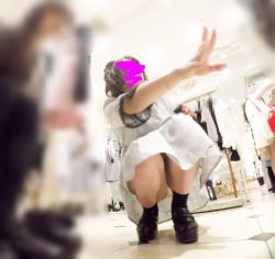 アパレル店員さんがしゃがみこんでスカートの中身が見えた瞬間を撮影したパンチラ画像の画像