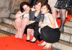 慣れないパーティードレスでパンツがチラチラしてる女子達の画像