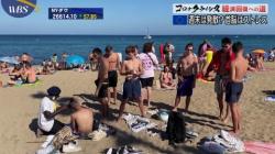 テレビ東京のワールドビジネスサテライトでTバック水着におっぱい丸出し女性が映る放送事故の画像