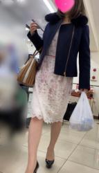 【逆さ撮り】お買い物中のお姉さんを逆さ撮りしたら具が見えそうな青のTバックでテンションが上がりまくったの画像