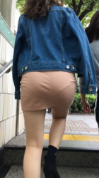 【透けパンチラ】階段上ってる女子の後ろで目の前にあるお尻の透けパンチラ・パン線がエロい画像の画像