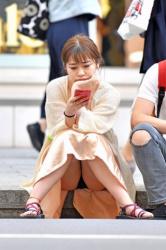 ロングスカートだから油断してパンチラしちゃった素人娘たちを街撮りの画像