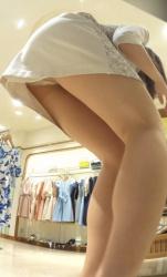 【逆さ撮り】ワンピース姿のアパレルショップ店員さんのパンスト越しの逆さ撮りパンチラ画像の画像