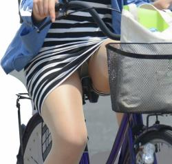 躍動感を感じられる自転車に乗ってる女性達のパンチラ画像の画像