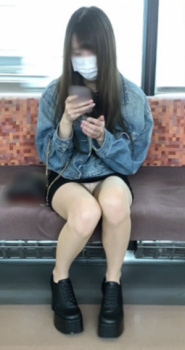 パンチラに太ももにエロで溢れてる電車内の日常風景の画像
