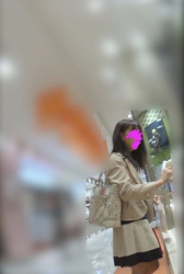 【逆さ撮り】ミニスカ・パンストのお姉さんが買い物している最中にスマホを突っ込んで撮影した逆さ撮りパンチラ画像の画像