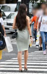 洋服がスケスケでおパンツが見えちゃってる街中の透けパンチラ画像の画像