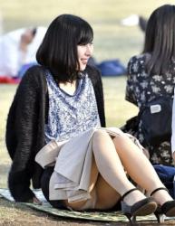 公園内でスカート女子がパンチラする瞬間をじっと待って撮影したパンチラ画像(20枚)の画像