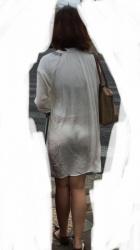 街中で男の注目を集める透け透けパンチラが見えてる女性達の画像