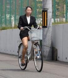 躍動感のある太ももにパンチラがエロい自転車に乗った女性の隠し撮りの画像