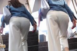 階段で目の前にある尻から透けてるパンチラがエロ過ぎたの画像