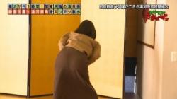 田中瞳アナが「モヤさま」でお尻の形くっきりの尻文字・パンツ見えそうな足湯がエロかったの画像