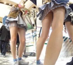 【逆さ撮り】ミニスカで買い物に夢中になってる女子を下から失礼した逆さ撮りパンチラ画像の画像
