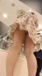 【逆さ撮り】初売りから忙しかったであろうアパレルショップ店員さんのスカートの中身を撮影した逆さ撮りパンチラ画像の画像