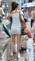 尻に張り付くタイトスカートを見たら高確率で見えてる透けパンチラ画像の画像