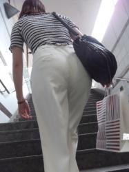 白いパンツスタイルだとパンチラ率が高すぎるの画像