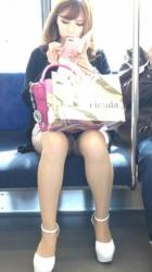 通勤中の元気になる素人の対面太もも・パンチラ画像の画像