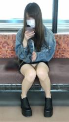 パンチラを狙って電車内で隠し撮りした太もも・パンチラ画像の画像