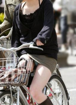 パンチラしてる女の子の下半身がめちゃくちゃセクシー!ミニスカで自転車に乗っちゃうおバカな素人のパンチラ画像の画像
