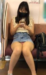デニムスカートがいかにパンチラしやすいか分かる対面パンチラ画像の画像