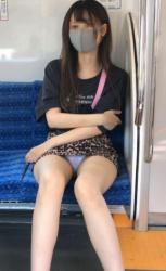 通勤中はタイトミニの対面に座りたくなるパンチラ画像の画像