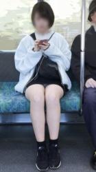 電車内でミニスカ女子を対面から撮影したパンチラ画像の画像
