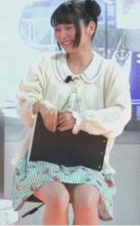 「TOKYO GAME SHOW 2021」で声優の丸岡和佳奈がパンチラの画像