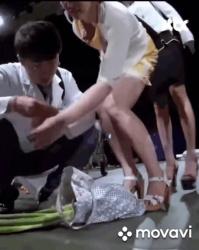 常にパンチラを狙われてる韓国の女性アナウンサーの画像