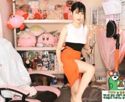 自分でスカート切ってスケベに変えちゃう韓国人美女配信者の画像