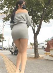 ミニスカワンピース衣裳着てノーパンで街ブラロケしてる韓国人美女の画像