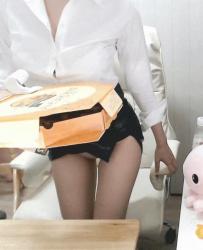 超ミニスカート姿で椅子から立ち上がる時にパンチラしちゃう韓国人美女の画像