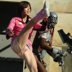 【パンチラ】戦隊ヒロインがキックしたら、思いっきりパンツが見えちゃったの画像