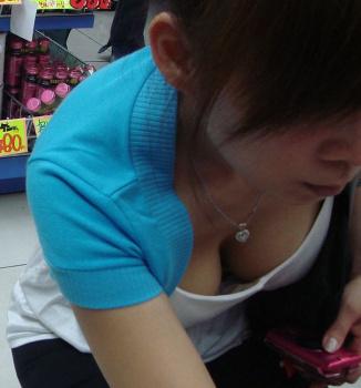 買い物に夢中な素人女性たちは、胸チラしてることに全く気付かないの画像