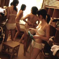 銭湯やプールの脱衣所で、下着や裸を見せる素人女性たちの画像