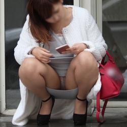 しゃがみパンチラで思いっきりパンツを披露してる素人娘たちを街撮りの画像