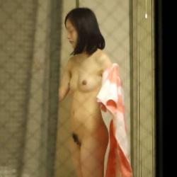 民家の窓から覗いてみると、全裸の素人娘たちが見えちゃったの画像
