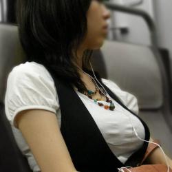 電車に乗るのも楽しくなっちゃう車内で発見した着衣巨乳の素人娘たちの画像