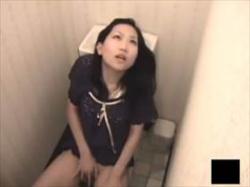 【素人盗撮】まさに没頭って感じでオナニーするお姉さんの映像がこれ!公衆トイレで堂々と喘ぎながら性欲解消の画像