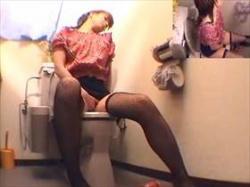 【素人盗撮】ストッキング姿がエロい娘がトイレでオナニー!やたらと色っぽい所作で自慰に耽る姿が堪らないの画像