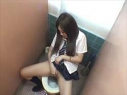【素人盗撮】制服娘が校内のトイレで自慰行為!まさかの潮吹きお漏らしで床ビチャビチャにしてるのビックリだの画像