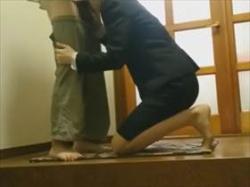 【個人撮影】リアル感ヤバい盗撮映像!不倫関係か?玄関で互いの性器を口で愛撫し合う映像が生々しすぎる件の画像