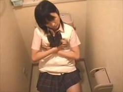 【素人盗撮】こんな真面目そうな女の子がな‥トイレで自慰を始めて全裸になって性欲処理してる娘がエロ過ぎるの画像