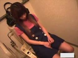 【素人盗撮】可愛い喘ぎ声が堪らんな‥急に発情したお姉さんが公衆トイレで性欲処理のオナニーしている姿の画像