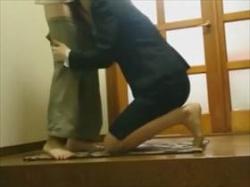 【個人撮影】玄関で済ませる性行為盗撮映像!スーツ姿の女性と家主が交代でアソコを口で愛撫してる流出モノの画像