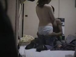 【個人撮影】リアルな盗撮モノ!若い男の部屋で情事に耽る人妻の様子をこっそり撮った生々しすぎる映像がこれの画像